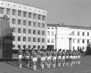 The students of Zhytomyr Agricultural Institute are accompanying the Olympic flame, 1980.